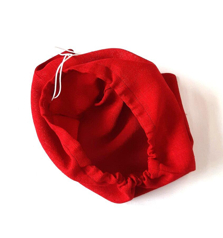 Nemažas tamsiai raudonas maišelis