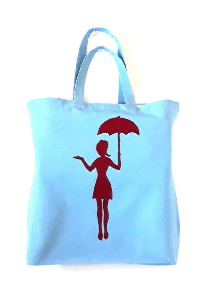 Mergina su skėčiu